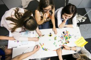 zdjęcie grupy ludzi, którzy tworzą kreatywne rzeczy