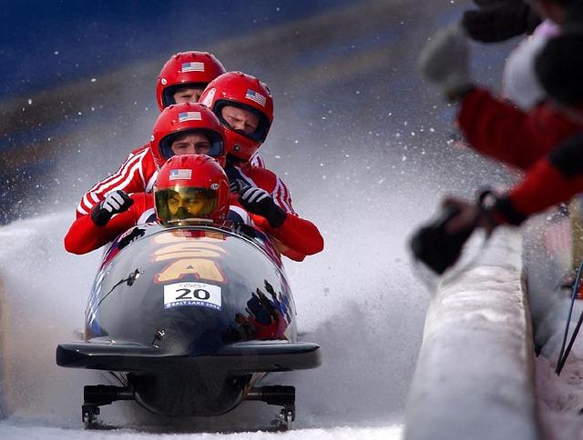 zdjęcie bobsleistów podczas zjazdu